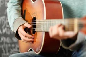 spelar gitarr foto