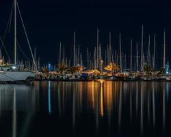 båtar på hamnen på natten foto