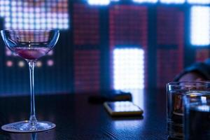 klart långt stam martini glas foto