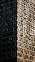 närbild av grå betongbyggnad