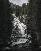 vattenfall mellan träden