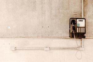 myntstyrd telefon på väggen