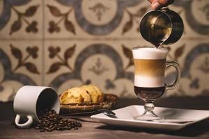 hälla kaffe i glas foto