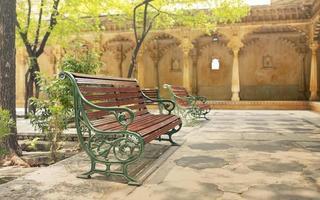lång bänk i parken foto