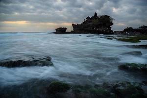 solnedgång vid Tanah Lot-templet