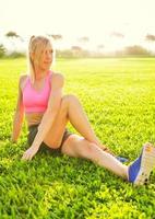 attraktiv fit ung kvinna stretching foto