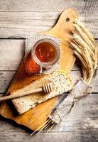 honung i burk, skiva bröd