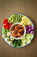 sås av räkorpasta och chili med färska grönsaker