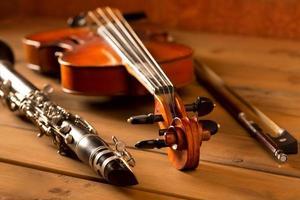 klassisk musik fiol och klarinett i vintage trä foto