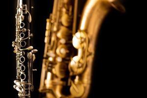 klassisk musik sax tenorsaxofon och klarinett i svart foto