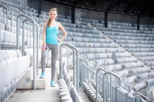 kvinna som förbereder sig för träning på stadion, konditionsträning. gym träning foto