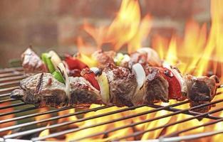shish kebab på grillen foto