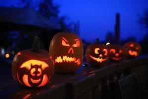 roliga halloween pumpor på natten foto