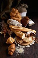 olika bakade bröd på träbordet