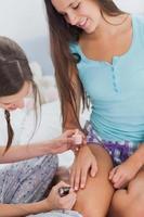 flickor målar varandras naglar