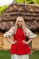 ung kvinna i röd ukrainsk nationaldräkt