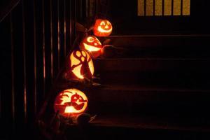 halloween pumpor på dörrsteg foto