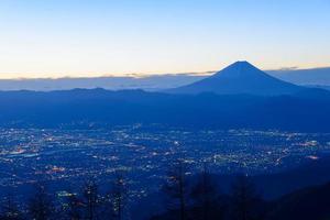 nattvy av kofu-staden och mtfuji foto