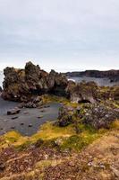 islandstrand med svarta lavastenar, snaefellsneshalvön, island