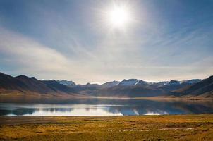 isländskt landskap med sjö och glaciärer i bakgrunden, island