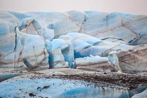 den blå isen på skaftafellsjokullglaciären på Island foto