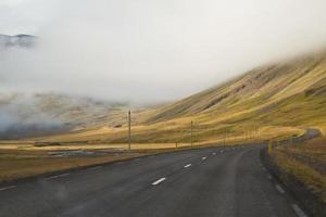 isländska vägar leder ut på avstånd