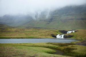 Kirkjufellfoss vattenfall i dimma - snaefellsnes halvön, västra Island