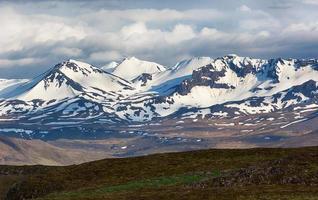 dramatiskt landskap med berg på Island.
