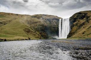 berömd skogafoss vattenfall i Island i skymningen foto