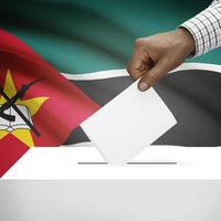valurnan med nationell flagga på bakgrundsserien - mozambique foto