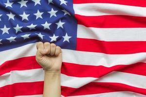 överlämna amerikansk flagga foto