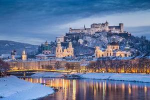 historisk stad Salzburg på vintern i skymningen, Österrike