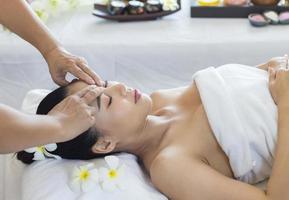 asiatisk kvinna får en massage foto