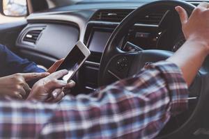 navigera med smart telefon i en bil foto