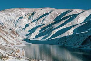 landskapsfotografering av bergsjön i Ryssland foto