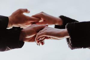 två personer som håller händerna