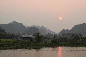 solnedgånglandskap i ninh binh, vietnam