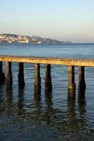 utsikt till Lissabon, Portugal - med en brygga