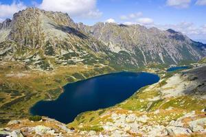 sommar i dalen med 5 sjöar, höga Tatrabergen, Polen