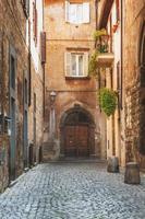 liten gränd i den toskanska byn