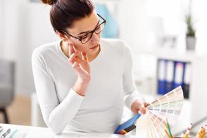 kvinna som arbetar på sitt hemmakontor foto