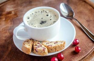 kopp kaffe med biscotti