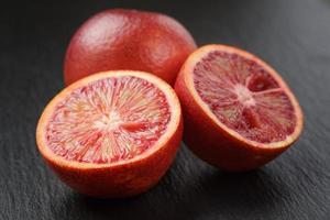 röda sicilianska apelsiner skivade på skifferbräda foto