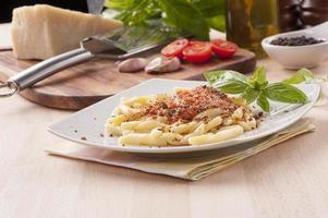 hemgjord pasta med röd siciliansk pesto