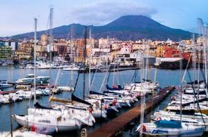 vesuvio med stad och båtar