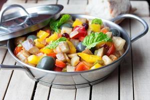 kokt grönsaksallad gjord av hackad stekt aubergine. foto