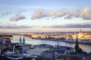 budapest, panorama med parlamentet och Donau vid solnedgången
