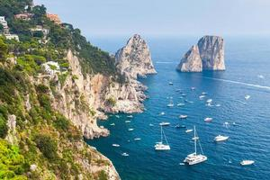 Faraglioni vaggar på Capri Island, Italien