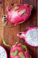 pitaya med vit massa på ett träbord foto