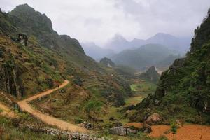 berg och paddies nära dong van i ha giang, vietnam.